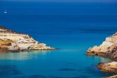Sikten av kaninerna sätter på land eller Conigli ön, Lampedusa arkivbilder