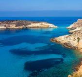 Sikten av kaninerna sätter på land eller Conigli ön, Lampedusa royaltyfri fotografi