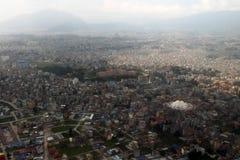 Sikten av Katmandu och dess Boudhanath Stupa när de Biman lodisarna royaltyfri foto