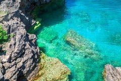 Sikten av klippor vaggar ovanför vatten för turkos för den stora Cypern sjön stillsamt på härliga ursnygga Bruce Peninsula, på Royaltyfri Bild