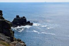 Sikten av klipporna på länder avslutar, Cornwall, England Royaltyfri Bild