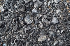 Sikten av kol som återstår efter branden, med spikar _ fotografering för bildbyråer