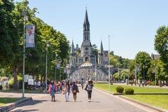 Sikten av kristen vallfärdar och fristaden av vår dam av Lourdes Royaltyfri Foto