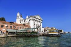 Sikten av kyrkan av Gesuati eller Santa Maria del Rosario från Grand Canal, kafét och vaporettoen stoppar `-Zattere `, Venedig Arkivfoton