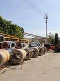 Sikten av lagringen av stål rullar ihop med laddaren Royaltyfri Fotografi