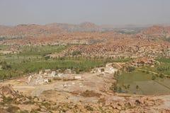 Sikten av Lakshmi Temple och en by uppifrån av den Hanuman templet, Hampi, Indien Arkivbild
