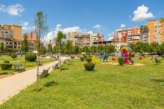 Sikten av lekplatsen i Rinia parkerar i det Tirana centret, Albanien arkivbilder