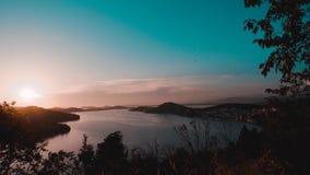 Sikten av lilla staden kallade Tisno, Kroatien stock video