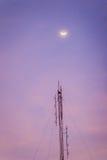 Sikten av månen på skymninghimlen och den vikta dipolen radiosänder myran Royaltyfria Foton