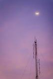 Sikten av månen på skymninghimlen och den vikta dipolen radiosänder myran arkivbild
