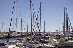 Sikten av många seglar och fartyg Royaltyfria Foton
