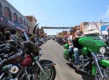 Sikten av Main Street under den 77th motorcykeln samlar, i stadens centrum Sturgis, SD royaltyfri fotografi