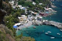 Sikten av Marina Piccola sätter på land på Capri, Italien Arkivfoto