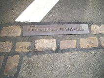 Sikten av metallskylten Berlin Wall isolerade berkshires germany Europa royaltyfria foton