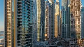 Sikten av moderna skyskrapor som skiner i solnedgång, tänder timelapse i den Dubai marina i Dubai, UAE arkivfilmer