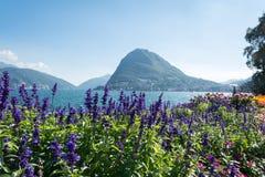 Sikten av monteringsSt Salvatore och sjön av Lugano från parkerar Ciani Royaltyfria Foton