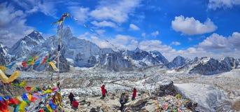 Sikten av Mount Everest och Nuptse med den buddistiska bönen sjunker för arkivfoton