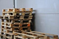 Sikten av paletter, använda behållare, träaskar installeras royaltyfri fotografi