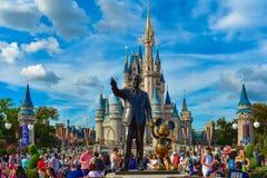 Sikten av partnerstatyn denna staty av Walt Disney och Mickey Mouse placeras framme av Cinderella Castle i magiskt kungarike arkivbilder