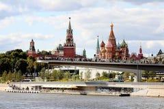 Sikten av Paryashchiyen floden förbiser mest däcket, eller skjuta i höjden bron i Zaryadye parkera, MoskvaKreml och St-basilikas  royaltyfri bild