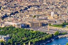 Sikten av Pont Alexandre III och ställe de la Concorde Arkivbilder