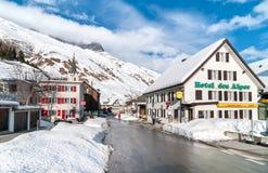 Sikten av Realp i vinter, är en liten by, nästan som de större skidar område av Andermatt i Schweiz Arkivfoto