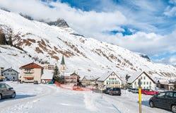 Sikten av Realp i vinter, är en liten by, nästan som de större skidar område av Andermatt i Schweiz Royaltyfri Bild
