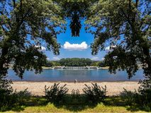 Sikten av Rhine River från Rheinauen parkerar i Bonn, Tyskland arkivfoto