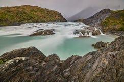 Sikten av Salto den stora vattenfallet i Torresen Del Paine parkerar i molnigt väder Chilensk Patagonia i höst Royaltyfri Fotografi
