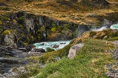 Sikten av Salto den stora vattenfallet i Torresen Del Paine parkerar i molnigt väder Chilensk Patagonia i höst Royaltyfria Bilder