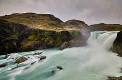 Sikten av Salto den stora vattenfallet i Torresen Del Paine parkerar i molnigt väder Chilensk Patagonia i höst Fotografering för Bildbyråer