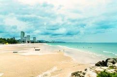 Sikten av sandstranden och havet vinkar med vaggar och molnigt på en eftermiddag arkivbilder