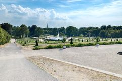 Sikten av Sanssouci parkerar med springbrunnen från den Sanssouci slotten i Potsdam arkivfoton