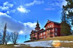 Sikten av Scandic Holmenkollen parkerar hotellet ovanför staden av den Oslo, Norge mitt i dagen - våren 2017 royaltyfri foto