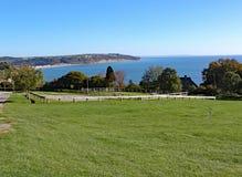 Sikten av Seaton Bay från den lilla Devon sjösidabyn av öl royaltyfria foton