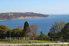 Sikten av Seaton Bay från den lilla Devon sjösidabyn av öl arkivbild