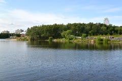 Sikten av Semenovsky sjö- och stadsrekreationen parkerar murmansk Royaltyfri Fotografi