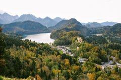 Sikten av sjön Alpsee och Hohenschwangau rockerar Arkivfoto