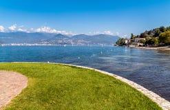 Sikten av sjön Maggiore från den Cerro stranden, är en bråkdel av den Laveno Mombello staden Arkivbilder
