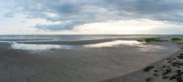 Sikten av skurkrollen fördunklar på Pärnu, Estland arkivfoton