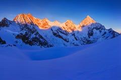 Sikten av snö täckte landskap med bucklaBlanche berg och det Weisshorn berget i de schweiziska fjällängarna nära Zermatt panorama royaltyfri foto