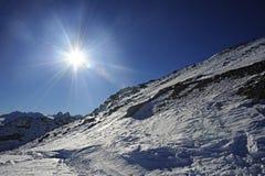 Sikten av snöberg och skidar lutningen i Schweiz Europa på en kall solig dag arkivfoton