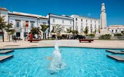 Sikten av springbrunnen och krigminnesmärken i republiken kvadrerar Algarve arkivfoto