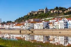 Sikten av staden Alcacer gör Sal nära floden Sado i Portugal royaltyfria bilder