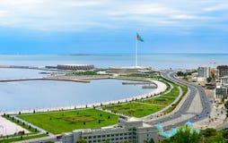 Sikten av staden Baku och nationsflaggan kvadrerar arkivfoton