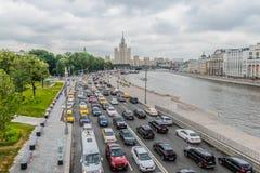 Sikten av staden från bron i parkerar Zaryadye afton fotografering för bildbyråer