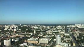 sikten av staden från höjd av flyget för fågel` s Underbar flyg- panorama från höjd av flyget för fågel` s lager videofilmer