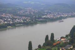 Sikten av staden och Rhine River från Marksburg rockerar jordning royaltyfri foto
