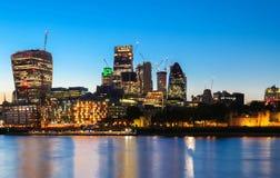 Sikten av stadshuset för London ` s och moderna skyskrapor på natten Royaltyfria Bilder