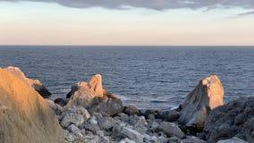 Sikten av stenar stranden och Blacket Sea lager videofilmer